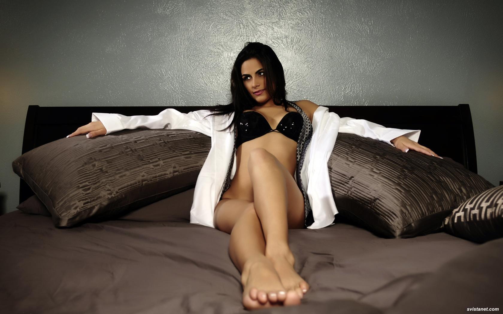 chi-to-zheni-v-posteli-golie-spustil-na-grud-porno-foto